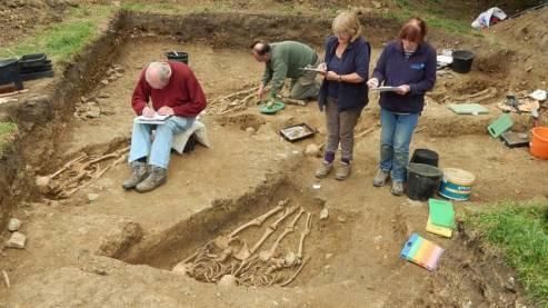 в Британии найдены странные скелеты