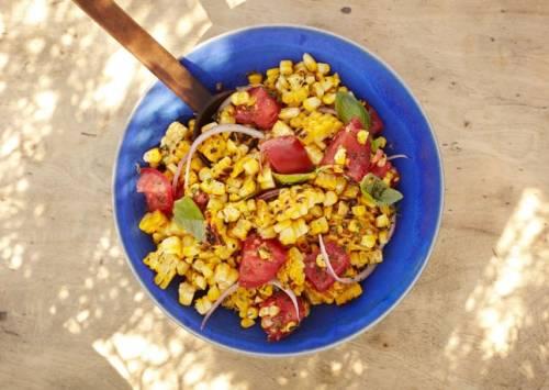 салат с кукурузой, базиликом и помидорами