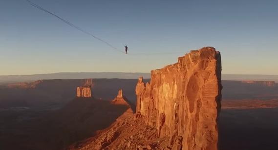 шокирующее видео прохода над пропастью