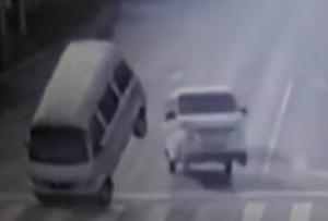 В Китае таинственная сила опрокидывает машины