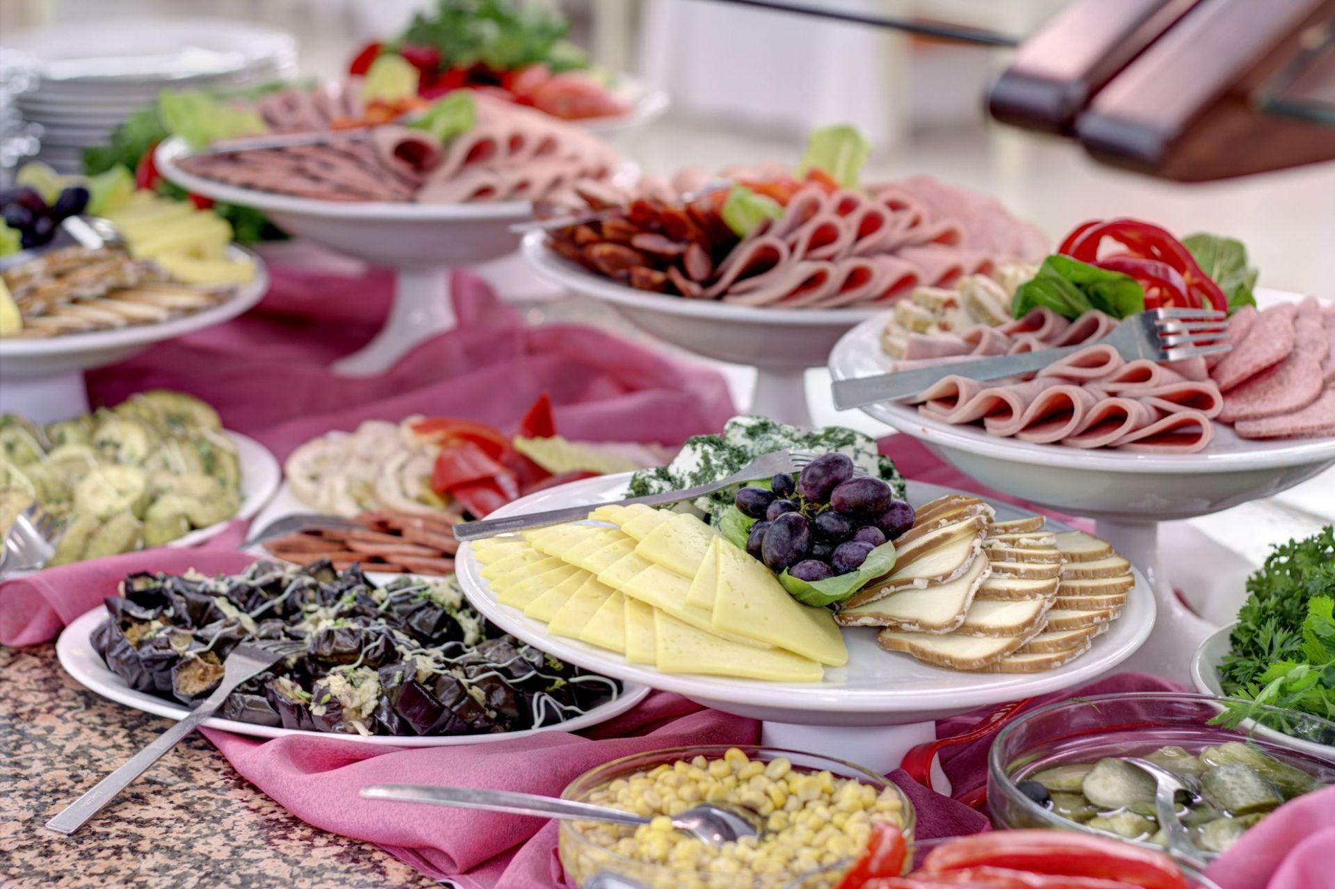 Как накрыть стол на день рождения дома недорого быстро и вкусно