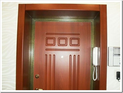 Различные варианты выполнения откосов на входной двери