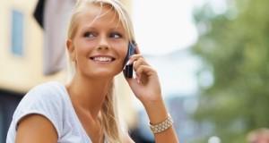 девушка с мобильным телефоном