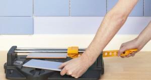 Как резать плитку ручным плиткорезом
